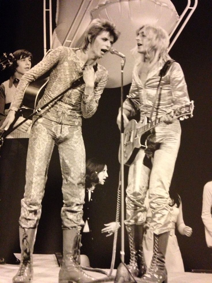 David Bowie & Mick Ronson perform Starman on Top of the Pops, 5 July 1972