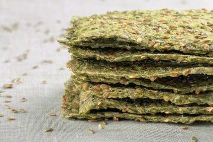 Recette au déshydrateur facile et idéale pour les apéritifs ou pour faire des coupe-faims : les crackers d'avocats avec des graines de lin et du chou kale.
