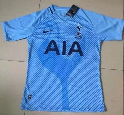 La Camisetas de futbol de Tottenham baratas 2017 2018 de visitante será azul marino.    También tiene una inspiración de 1950 inspirada en el logotipo del club con un escudo alrededor de la forma original.    Los pantalones cortos también serán de color azul marino.