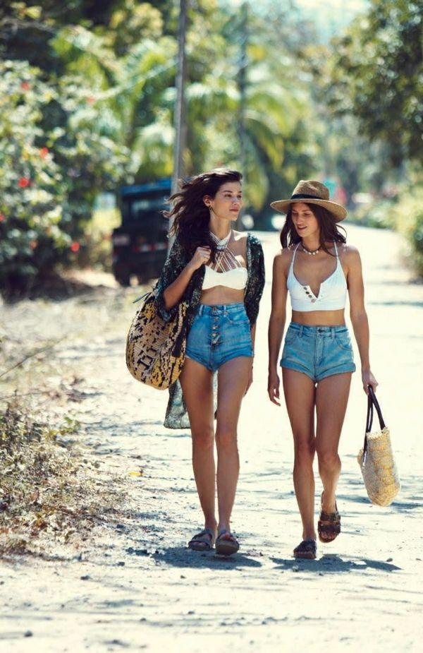 sac de plage, filles marchent vers la plage, pantalon court en denim