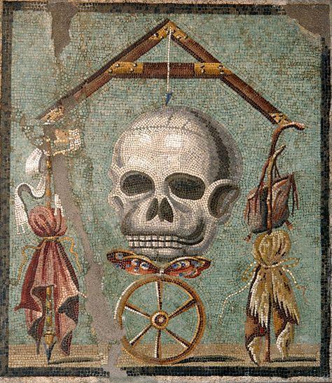 """""""Memento mori"""" Mosaico pompeyano c. 30 a.C. -14d.C. Un nivel se esquilibra apoyado en sus extremos en los emblemas de patricios (púrpura, cetro e ínfula) izqda. y plebeyos (vellón, báculo y zurrón) dcha. apuntando con su plomada al cráneo (muerte) que se sustenta sobre una mariposa (alma) posada en una rueda (fortuna)."""
