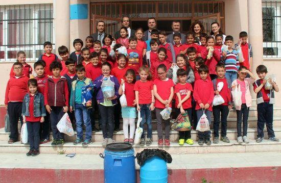 Bergama Belediyesi'nin geçen yıl başlattığı 'Ödüllü Bitkisel Atık Yağ Toplama Kampanyasının' ikincisi, bitkisel atık yağ toplayan öğrencilere ödül dağıtımıyla devam etti. Bergama Belediyesi Temizlik İşleri Müdürlüğü'nün, öğrencilere çevre bilincini kazandırma amacıyla başlatığı çevre projeleri kapsamında, Ali Rıza Eroğlu İlk Öğretim Okulu ile birlikte düzenlenen etkinlikte, 200 kilogram bitkisel atık yağ toplanarak geri kazandırıldı. Ali Rıza …