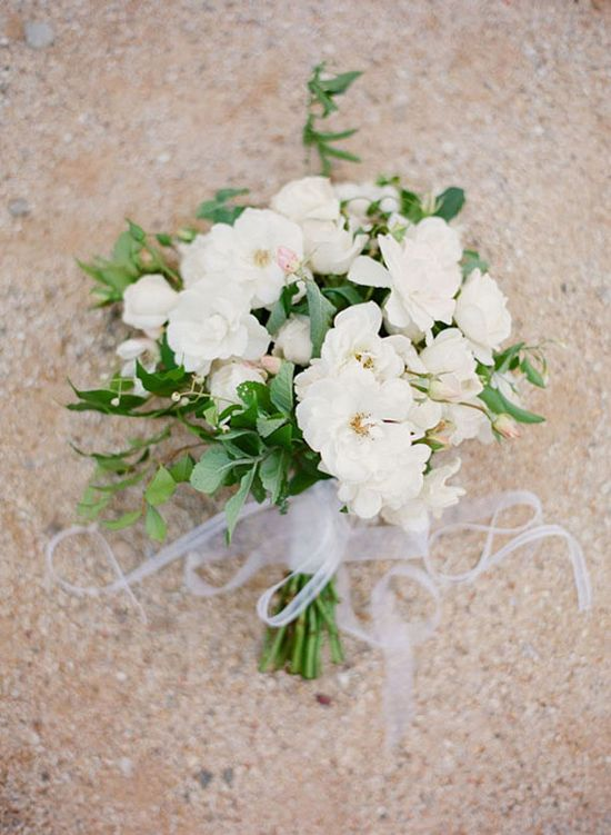 White and green bouquets are elegant and perfect for a garden affair. #fallingforflorals #weddings