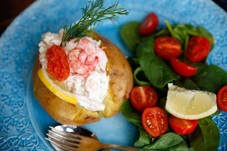 En klassisk skagenröra med bakad potatis är perfekt till lunch eller middag!
