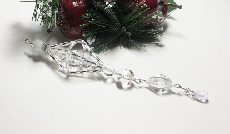 Vánoční ozdoba _ Vřeténko bílostříbrné Vánoční ozdoba . Použity kroucené tyčky , tyčky,bílé perličky,bílé korálky. Délka cca 14cm.Vhodné k zavěšení na stromeček , na větvičku. Krásný dárek :D
