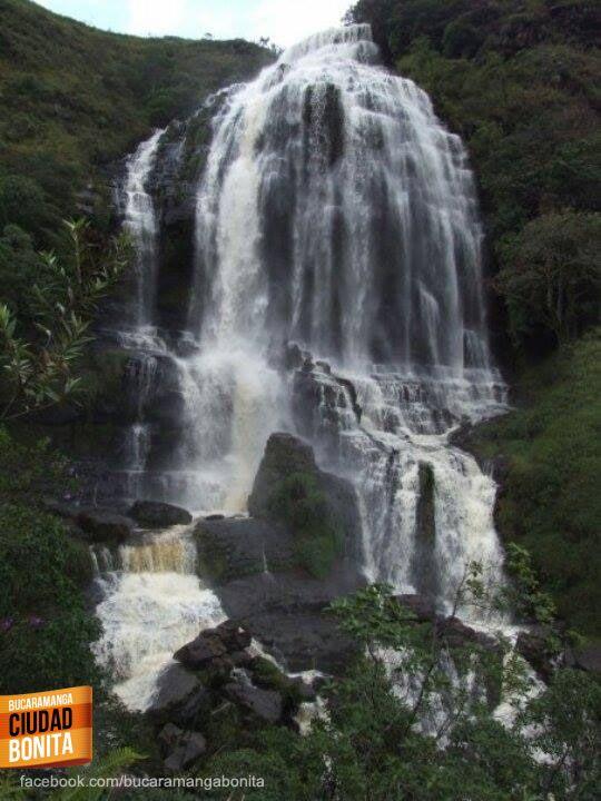 Tesoros naturales que tal vez no conozcas de nuestra región, como la cascada Manto de la Virgen en Gámbita, Santander. Gracias Dairo Quiroga (https://www.facebook.com/dairo.quiroga.3) por compartir esta foto.