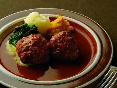 土井 善晴 さんの「煮込みハンバーグ」。じっくり煮込んだハンバーグと本格的なソースが同時にでき上がります。大人っぽいソースには野菜のピュレがぴったり。年の瀬の素敵な夜に家族でどうぞ。 NHK「きょうの料理」で放送された料理レシピや献立が満載。