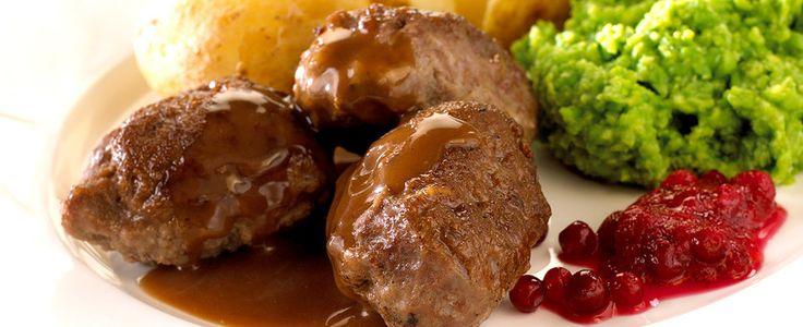 "- Mor's Kjøttkaker med brun saus, ertestuing og kålstuing - helst servert med mandelpoteter - Retro Dinner -  Mum's Meatballs/""meatcakes"" served in brown sauce, with stewed peas,stewed cabbage and served with fingerling potatoes and lingon berries - norwegian version on swedish meatballs - served almost every week decades ago"