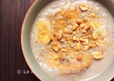 Chè chuối Bananes au lait de coco/ 6 bananes Cavendish 400 ml de lait de coco + 200 ml d'eau 3 cuillères à soupe bombées de perles de tapioca 4 cuillères à soupe bombées de sucre cassonade ½ cuillère à café de sel 1 cuillère à café d'extrait de vanille (ou 1 sachet de sucre vanillé) 4 cuillères à soupe de cacahuètes grillées, grossièrement pilées 3 cuillères à café de grains de sésame blanc grillé