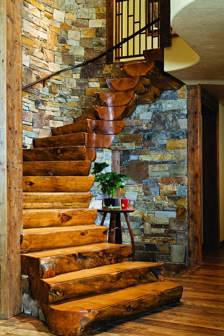 escalier en bois original, mur en pierres apparentes