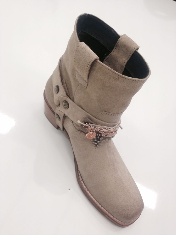 New boots with unique exchangeable straps #companiamaria #mix&match #boots #straps