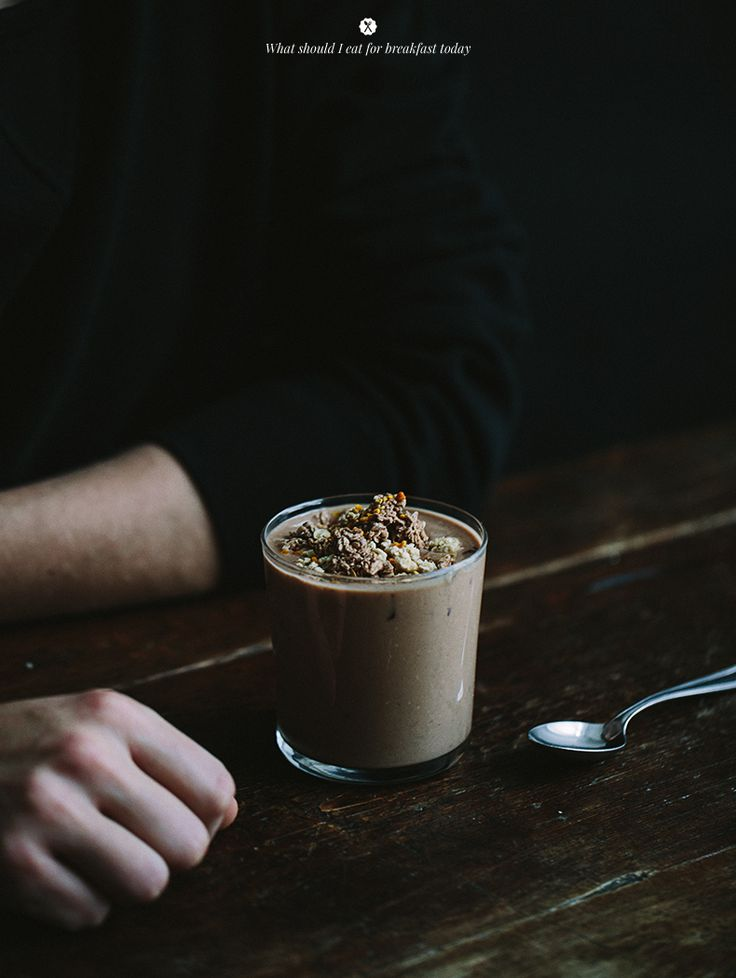 Banana and oat shake with cacao and maca / Marta Greber