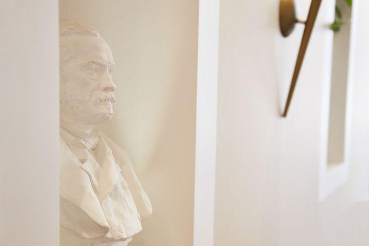 Le Buste de Louis Paster trône dans la salle de restauration.  Louis Pasteur, né à Dole le 27 décembre 1822 et mort à Marnes-la-Coquette le 28 septembre 1895, est un scientifique français, chimiste et physicien de formation, pionnier de la microbiologie...  https://fr.wikipedia.org/wiki/Louis_Pasteur