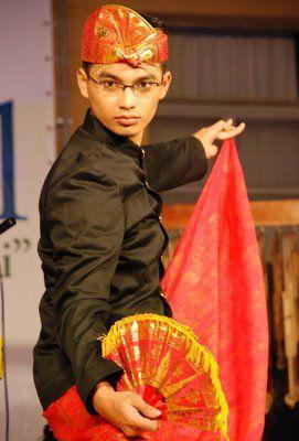 Pakaian adat tradisional yang dikenakan oleh pria Bali terdiri atas udeng (ikat kepala), baju, kamen, saput (kampuh), serta umpal (selendang pengikat).