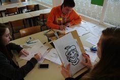 Teken wat je hoort: Versie 1: Taal: De leerlingen trainen hun spreek - en luistervaardigheden. De spreker moet goed beschrijven en de luisteraar moet aandachtig luisteren. Versie 2: Wereldoriëntatie: De leerlingen maken kennis met landschapselementen. De ene leerling beschrijft het landschap de andere tekent. Dit gebeurt aan het begin en einde van de les. Op het einde van de les lukt het tekenen gemakkelijker. De leerlingen gebruiken de geziene leerstof.