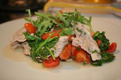 300 g di straccetti 50 g di rucola 200 g di pomodorini 1/2 bicchiere di vino bianco aglio sale pepe olio Lavate i pomodorini e tagliateli in 4. Lavate la rucola e tenetela da parte. In una padella fate soffriggere l'aglio con l'olio. Aggiungete la carne e fatela rosolare per qualche minuto. Salate, pepate e sfumate col vino. Aggiungete la rucola e i pomodorini. Coprite e fate cuocere per 5 minuti. Servire guarnendo con una manciata di rucola a crudo.