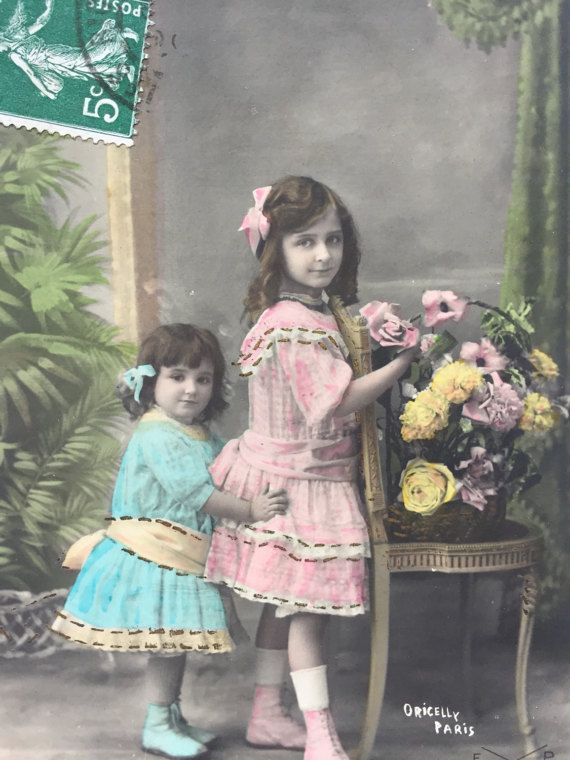 Bedrijf op grote zus * zusters poseren * broers en zussen liefde * Duo van roze en blauwe jurken * Hand versierd met gouden puntjes * antieke kaart