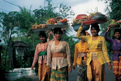 people carrying things on their heads | people carrying ...