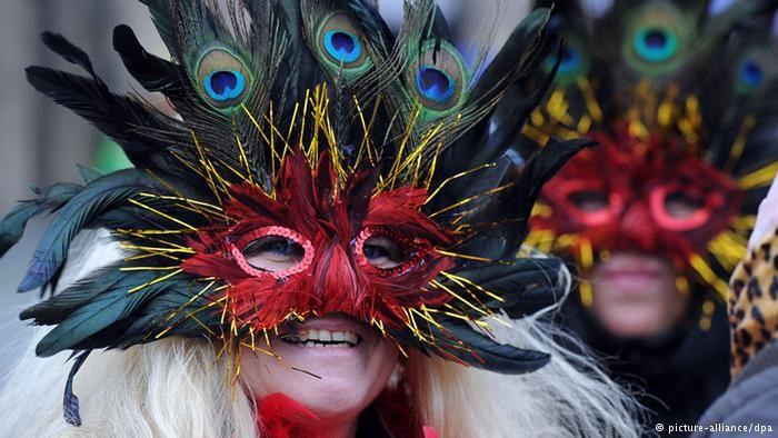 Närrinnen feiern am 07.02.2013 vor dem Rathaus in Düsseldorf (Nordrhein-Westfalen). Am Donnerstag beginnt mit der Weiberfastnacht der Straßenkarneval im Rheinland. Foto: (dpa)