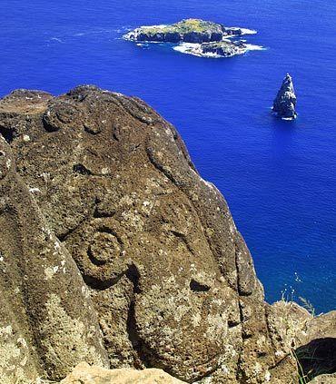 """Famosa por sus estatuas o """" """", la Isla de Pascua es una de las atracciones principales de los turistas en Santiago de Chile."""