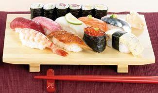 Sushi selber machen / Sushi ist der Take-Away-Hit. Die rohen Fisch- und Algenrollen überzeugen als schneller Snack oder als Dinner-Hit für Freunde. Trauen Sie sich an die Röllchen heran. Es ist gar nicht so schwer. Sushi ist auch schnell selbst gewickelt. Wir zeigen Ihnen, wie Sie Sushi schnell und einfach selbst machen können. Frischer gibt es das nirgends. http://www.daskochrezept.de/kochschule/kochschule-sushi-selber-machen_151644.html