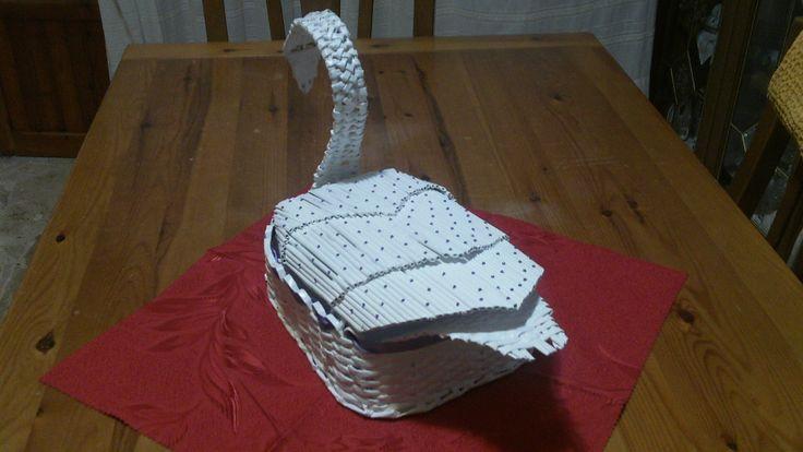 Cigno realizzato con carta riciclata, progettato e studiato per inserire all'interno buste (regali di nozze). Visita la pagina https://www.facebook.com/pages/Il-Fabbricatore-di-Salvatore-Pullar%C3%A0/583580198379555