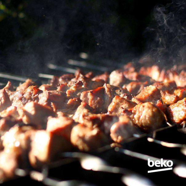 Собрались на пикник, а замариновать мясо не успеваете Запоминайте самый быстрый способ: минеральная вода, сок лимона, соль и специи. Пока доберётесь до места пикника и подготовите угли, шашлык уже будет готов к жарке.