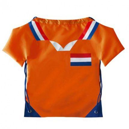 Nieuw in ons oranje assortiment! Deze opvallende rugzak in vorm van een oranje shirt is een leuke give away om uw organisatie te promoten tijdens het WK voetbal. Deze rugzakjes zijn standaard voorzien van een landen design, naast Nederland zijn ook België, Duitsland, Frankrijk, Engeland, Italië en Spanje leverbaar. Naar wens kunnen deze tassen bedrukt worden met een logo of tekst in maximaal 1 kleur. Dit opvallende oranje artikel is verkrijgbaar vanaf 250 stuks.