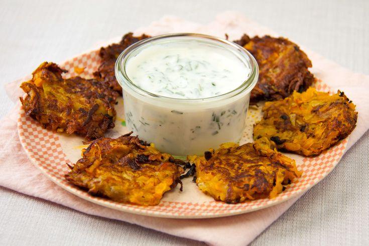 Ein toller Zwischensnack oder auch als Beilage: Gemüserösti mit Schnittlauchsauce.Einfach zum Selbermachen und schmecken auch lecker!