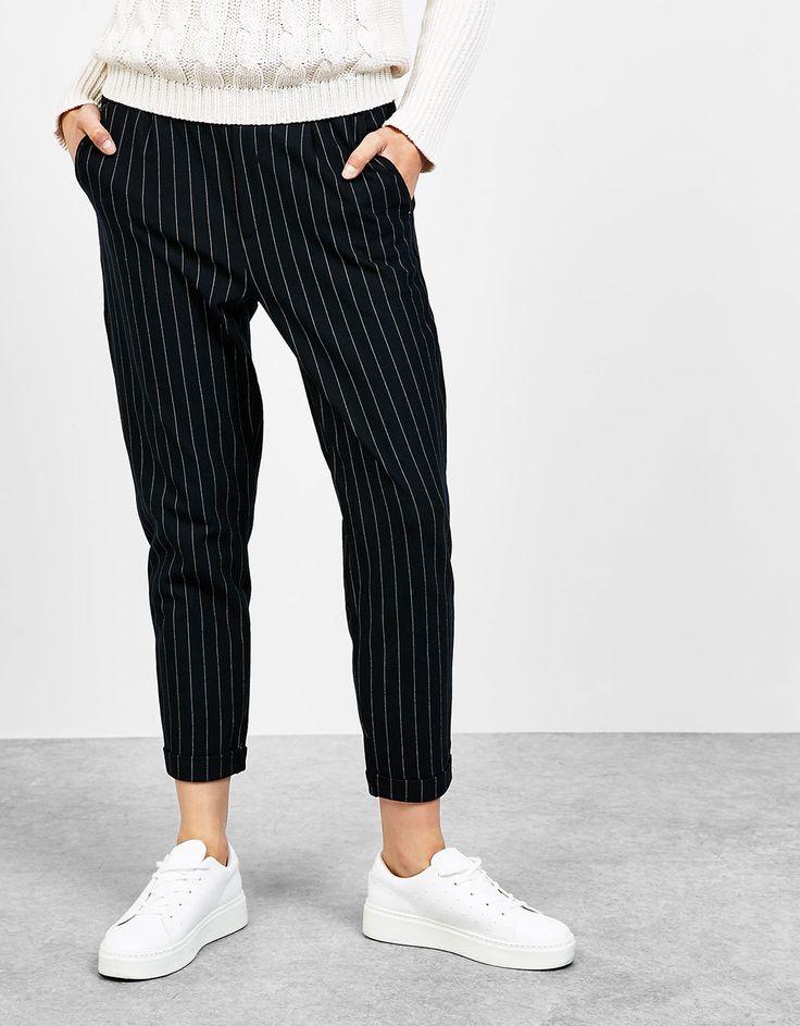 Pantalón jogger raya diplomática. Descubre ésta y muchas otras prendas en Bershka con nuevos productos cada semana