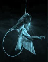 Suspendue au plus haut de la scène et volant sur son cerceau, l'artiste exécute un sensuel ballet soulignant sa grâce, sa souplesse et sa force ... Le cerceau aérien est un cercle parfait en acier suspendu à un câble. Très mobile, celui-ci est manipulé...