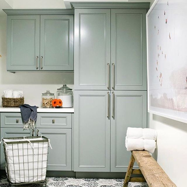 LOOK WE LOVE! Don't stop decorating once you hit your laundry room. You may loathe the time you have to spend in there, but there's no reason you can't love the way it looks! Design by @klinteriors PC: @laurenpressey . . . . . . #visibleresults #oneeyerealty #movetoatx #luxuryhomes #austinhomes #austinhomesforsale #luxuryagent #movetoaustin #austin #texas #austinhomes #realestatemarketing #austin_portfoliorealestate #austinstats #austintx #design #interiordesign #home #designdetails…