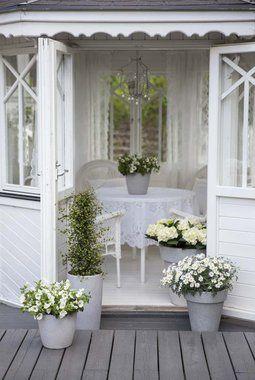 Hvit og romantisk stemning i lysthuset.