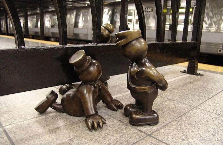 La série de statues Life Underground dans le métro de New York -  Station de Metro de la 14th street et 8th avenue