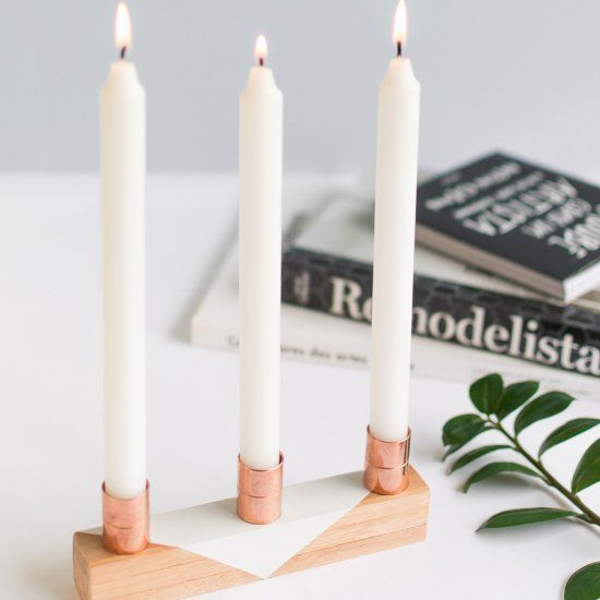 Make this cute candle holder using wood sticks and copper pipes. Pretty easy! (in Portuguese with step by step pictures)
