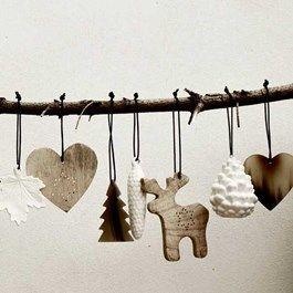 Smukt, enkelt og stilfuldt julepynt i ordentlige materialer fra danske Nordstjerne - porcelæn, grønlandsk sælskind eller ben - monteret på lædersnor.