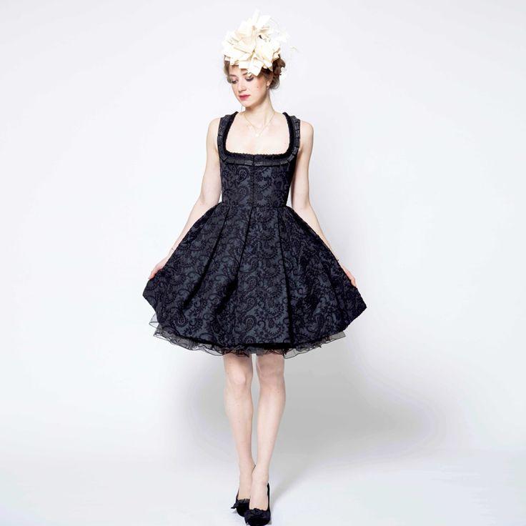Das Gioa Kleid ist aus Taft mit all over Maschinen Stickerei. Das aufgestickte Paisley Muster hebt sich gut sichtbar vom Untergrund ab und das großzügige Dekolletee wird von einer Jacquard Rüsche umrahmt. Um eine bessere Passform zu gewährleisten, befindet sich am Rücken des Kleides einen Schnürung. Der Krinolinen artige Unterrock unterstreicht die feminine Silhouette.    Lieferbar in 5 Tagen