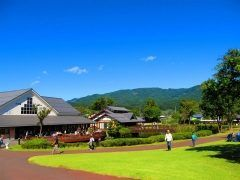 群馬県利根郡川場村にある道の駅田園プラザ川場は東日本の道の駅の中では様々なランキングで1位を取得する大人気のスポットです  地元の食材を活かした料理を堪能できるだけでなく川や植物旧宅にSL車両など景観を楽しめるほか宿泊施設や温泉施設体験コーナーなど様々な過ごし方ができますよ  tags[群馬県]