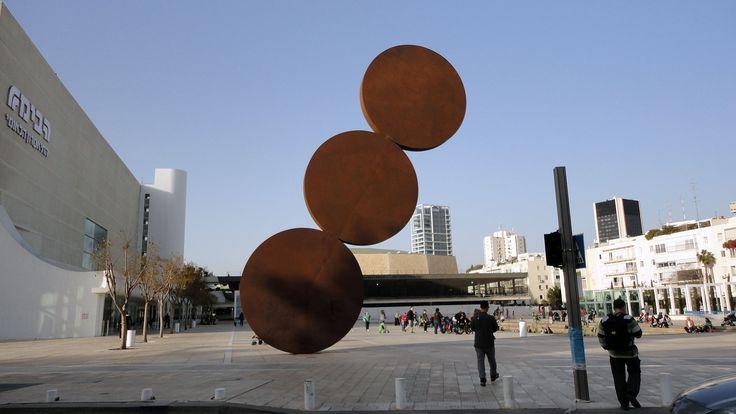 Abstract- Uprise, Menashe Kadischman 1967-1976 In dit beeld herkennen we wel de basisvormen ( de circels) maar we kunnen er niet zomaar een betekenis bij plakken. We weten niet vanuit welk beeld of object de kunstenaar is vertrokken.