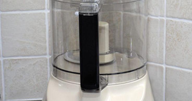 Como moer sementes de linhaça em um mini processador de alimentos. Ao comprar linhaça, escolha as inteiras, em vez da farinha, para uma maior durabilidade. No entanto, elas devem ser moídas antes de serem comidas, para uma máxima absorção de nutrientes. Moedores de café são bem adequados para a moagem da linhaça mas, se você usá-lo, as sementes podem pegar o sabor do café. Outra opção é usar um pequeno ...