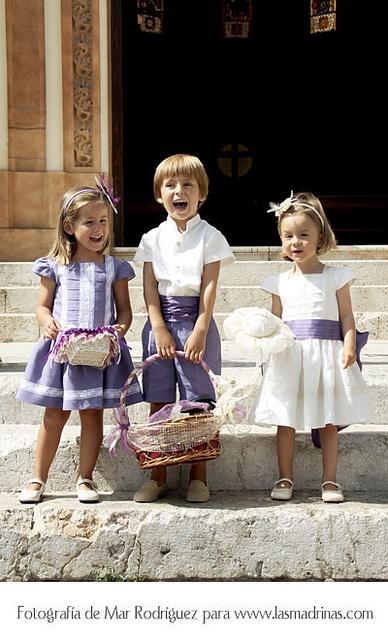 Los pajes en la puerta de San Pablo vestidos en tonos morados by lasmadrinas, via Flickr