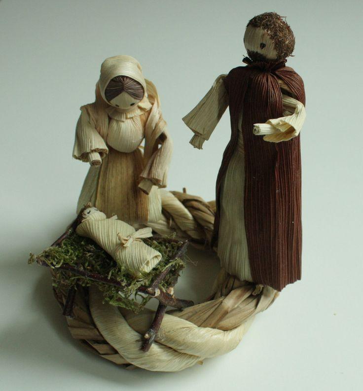 """""""Narodil se Kristus Pán..."""" - věnec na položení Interiérová dekorace vánoční betlém v přírodních barvách na položení. Věnec je z kukuřičného šustí a rákosových listů. Na věnečku je umístěn malý betlém - Josef, Maria a Ježíšek v jesličkách. Výška stojící figurky je 13 - 14 cm. Průměr samotného věnce 13 cm. S dekorací je trošku větší."""
