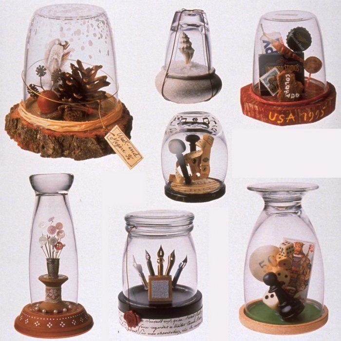 Des petits montages d'objets exposés sous verre