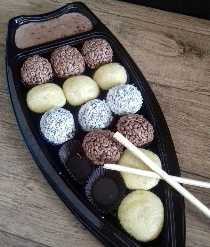 Alguém aí pensando no lanche da tarde?  E essa barca de brigadeiros {} Amei a ideia trocaria uma barca de sushi por uma de doces hj!