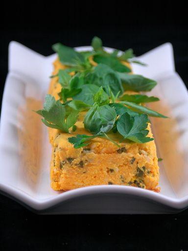 Flan aux carottes, beurre, oeufs, fromage râpé, crème, ciboulette, persil, basilic