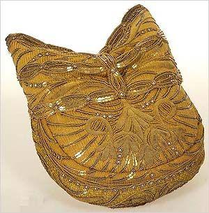 Die Riegelhaube wurde vor allem im frühen 19. Jahrhundert von den Bürgerinnen in und um München getragen. Die Mode der Hauptstadt strahlte aber auch weit ins Umland hin aus. Die Hauben sind vorwiegend mit Gold- oder Silberstickerei und Pailletten verziert, eine Sonderform sind blaue oder schwarze Perlenstickerei.