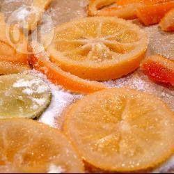Heerlijk in cakes of koekjes, als garnering of snack, vruchtjes confijten is de moeite waard. Het is het vrij gemakkelijke proces van fruit inmaken in siroop. Voor dit recept gebruiken we sinaasappelschil, maar je kunt ook grapefruit of citroenschil gebruiken, of verse halve kersen of ananasstukjes. Je kunt ook andere dingen dan fruit confijten, schilfers geconfijte wortel zijn een prachtige garnering voor worteltaart.