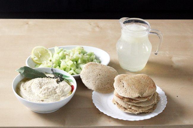 Quelques recettes saines et faciles pour un apéro green : houmous crémeux, blinis sans gluten, salade de concombres et citronnade bien fraîche