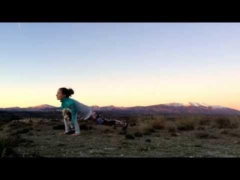 Saludo al sol desde distintos ángulos y al aire libre. Diario de una yogui 2.0 @blanca_bz - YouTube