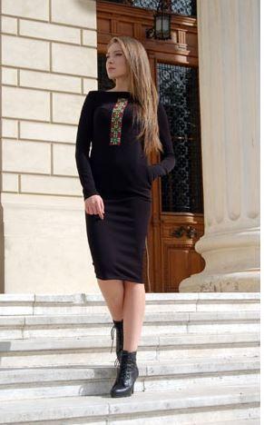 """""""Izabela Măndoiu creează pentru a ajuta prinţesele contemporane să se prezinte într-o manieră pozitivă, să adopte un stil care să evidenţieze feminitatea şi să le ofere încredere. Elementele etnice reprezintă bagheta sa magică prin care conferă fiecărei ţinute valoare şi identitate naţională. Creaţiile sale spun povestea româncelor mândre de originile lor, care iubesc să se exprime prin vestimentaţie şi cunosc importanţa acesteia în crearea brand-ului personal."""" - Articol Business Woman"""